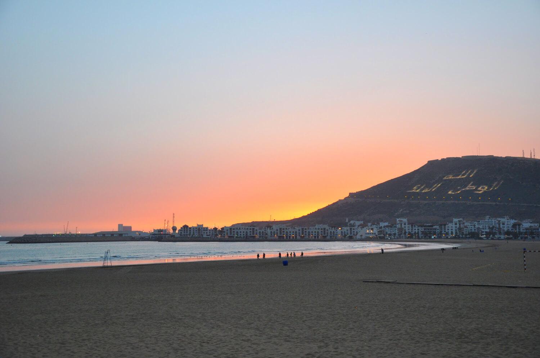 La plage d'Agadir s'étend jusqu'aux murailles de la ville. Pour un séjour dans une atmosphère familiale.