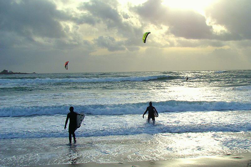 plage de la torche spot de surf en bretagne surfeurs