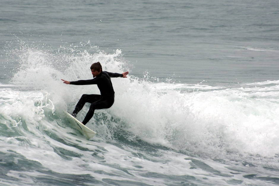 surfeur vague surf en bretagne