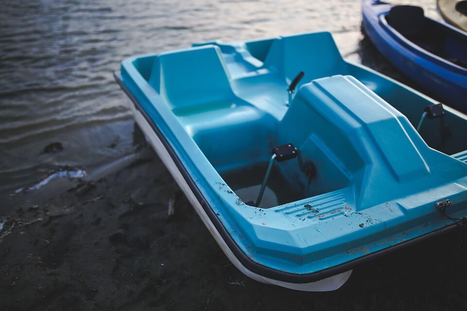 pédalo bleu lac sable bassin de la villette paris se baigner dans la seine