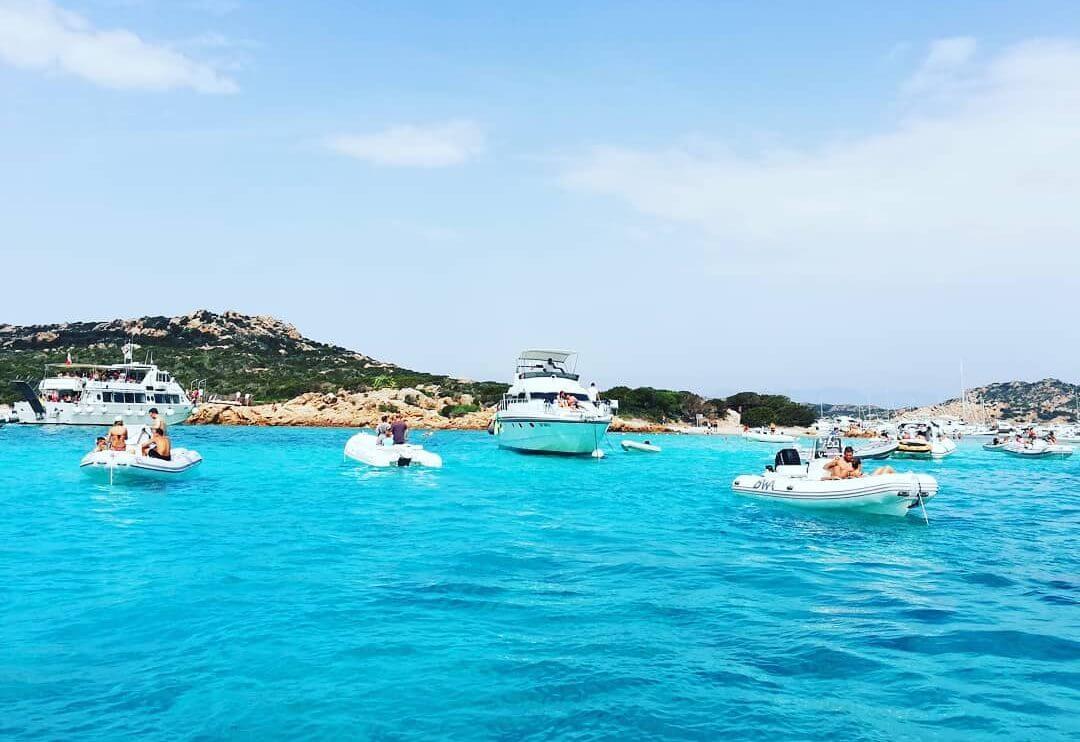mer bateaux plage rose en sardaigne