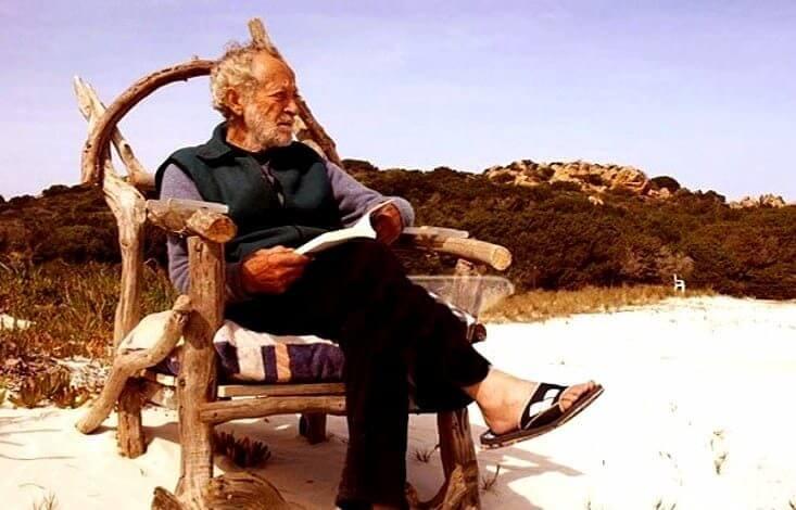 gardien assis homme agé mauro modini plage rose en sardaigne