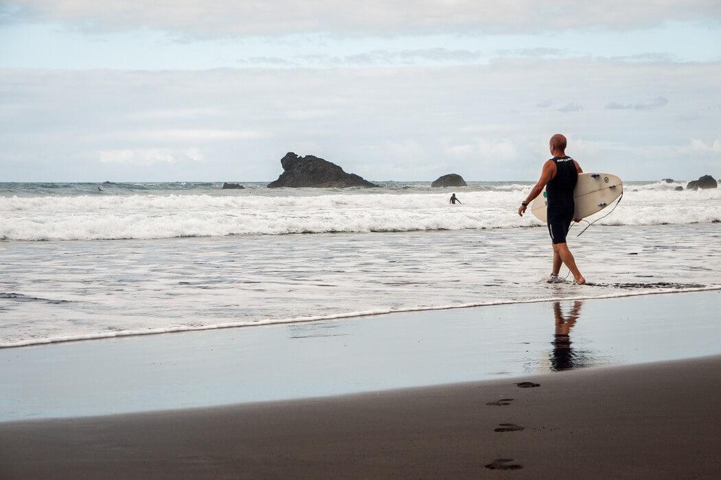 plage de sable petite vague surfeur mise a l'eau surf aux canaries