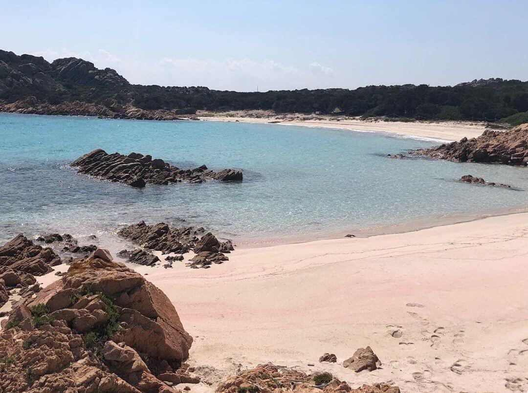 plage rose en sardaigne budelli sable