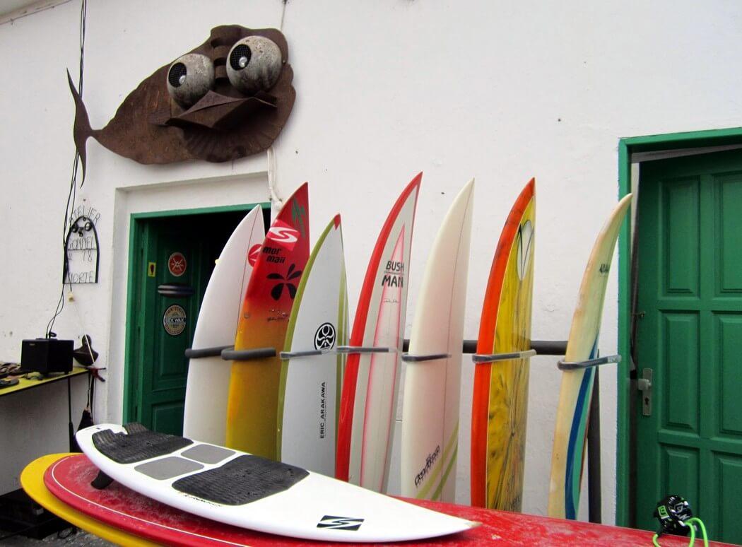 planches de surf devant ecole de surf aux canaries