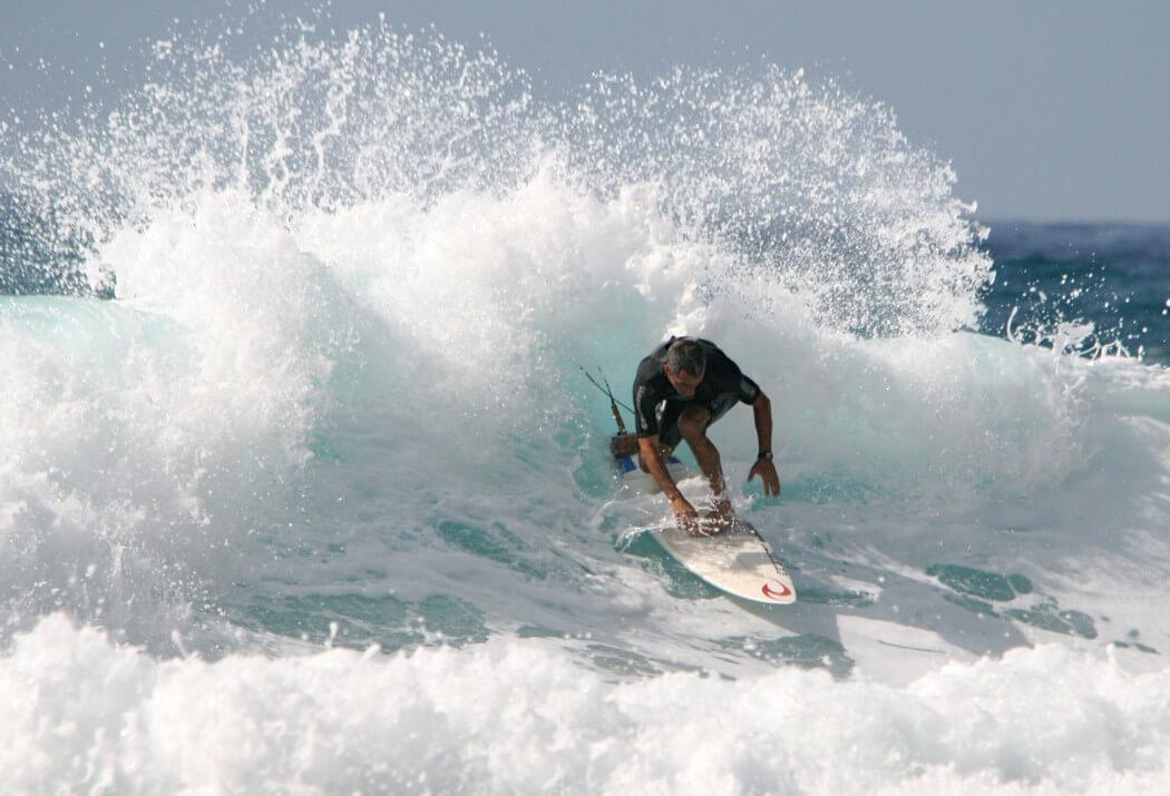 grosse vague surfeur experimenté surf aux canaries