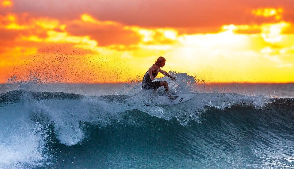 surfeur vague coucher du soleil plus belles plages du sri lanka