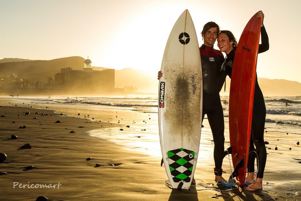 deux surfeurs sur plage pose planches surf aux canaries