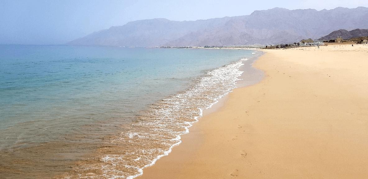 plus belles plages d'oman vagues mer transparente sable longue plage