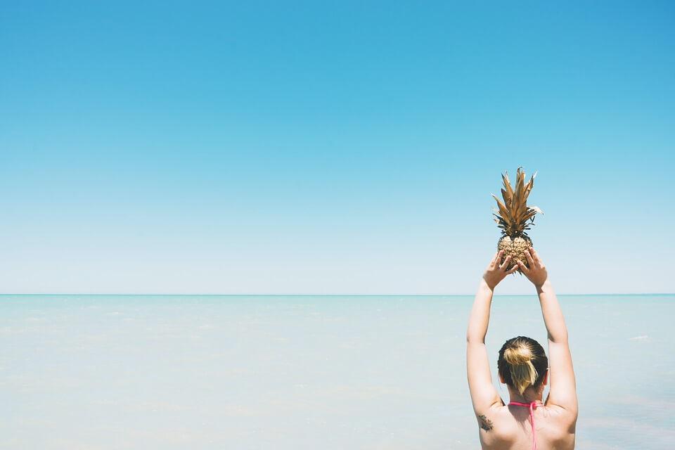 femme plage maillot de bain ananas