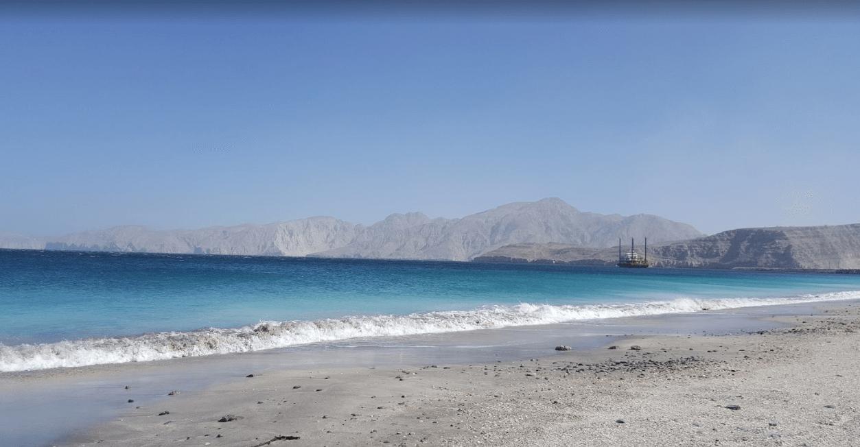 plus belles plages d'oman étendue mer turquoise montagnes