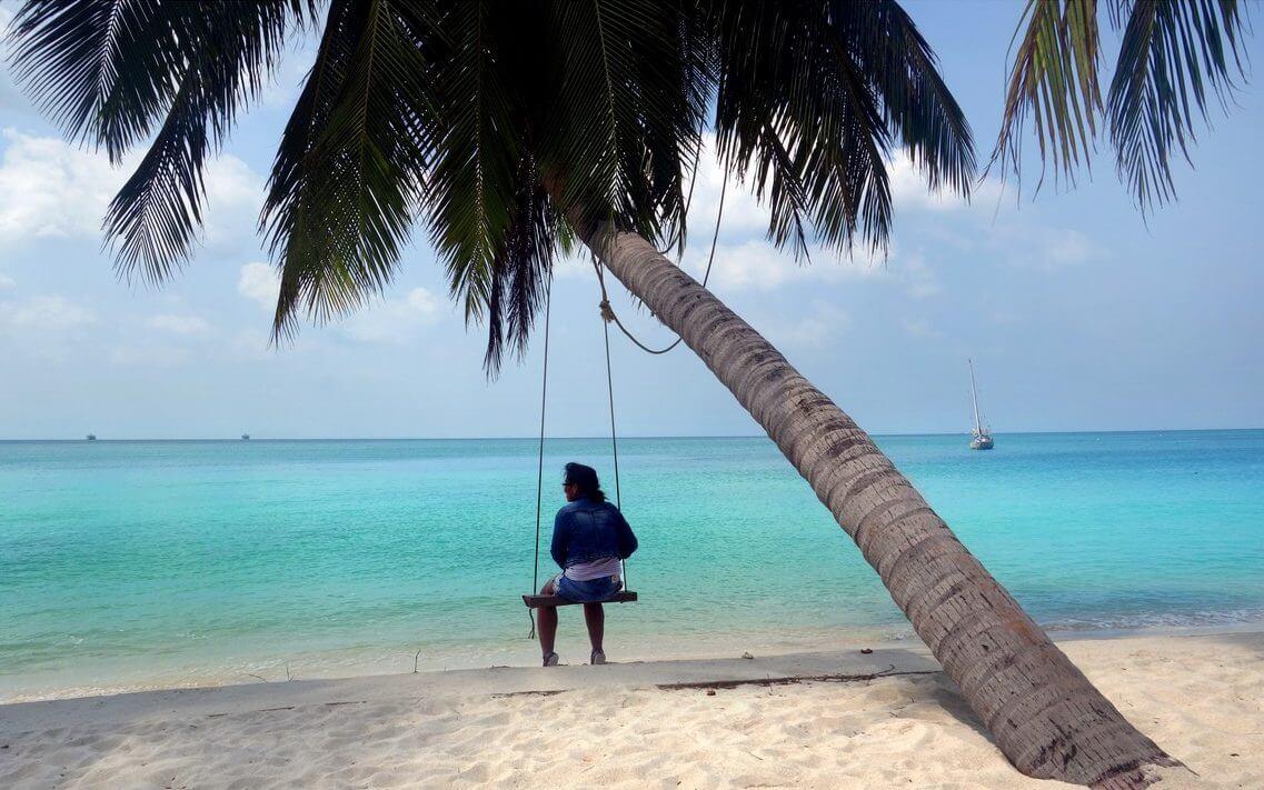 lipa noi cocotier balancoire femme plages de koh samui