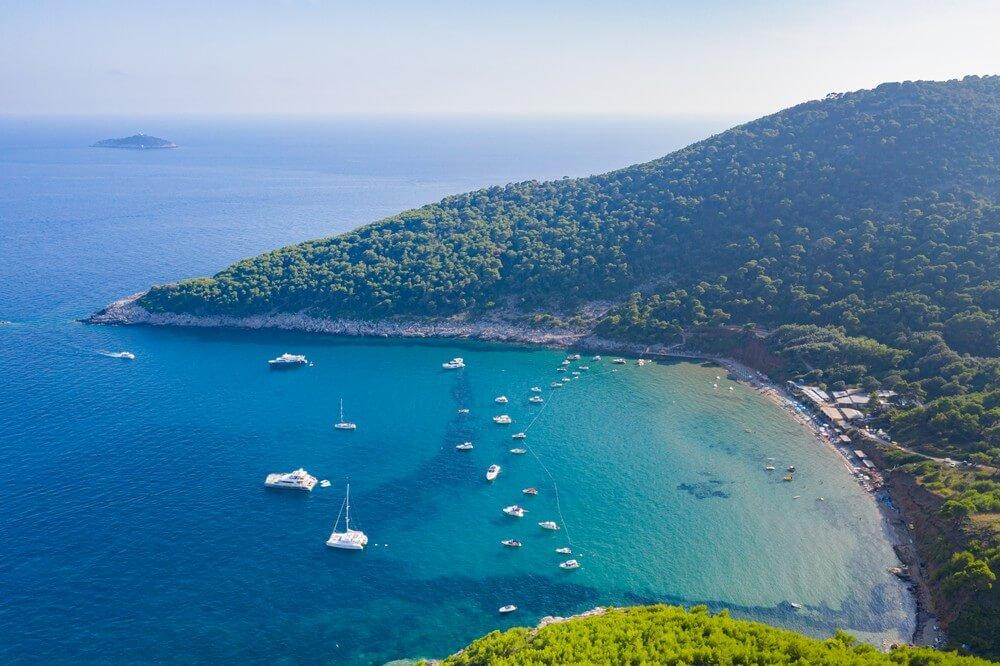 vue du ciel ile de lopud mer bateaux plages de croatie
