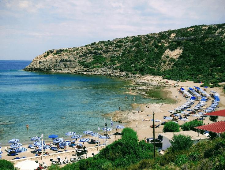parasol panorama plage de mandomata naturisme en grèce