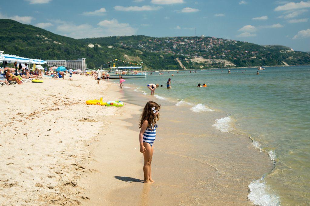Plage de Bulgarie à ne pas manquer : Albena Beach. c'est l'endroit parfait pour les enfants qui aiment barboter dans la mer.