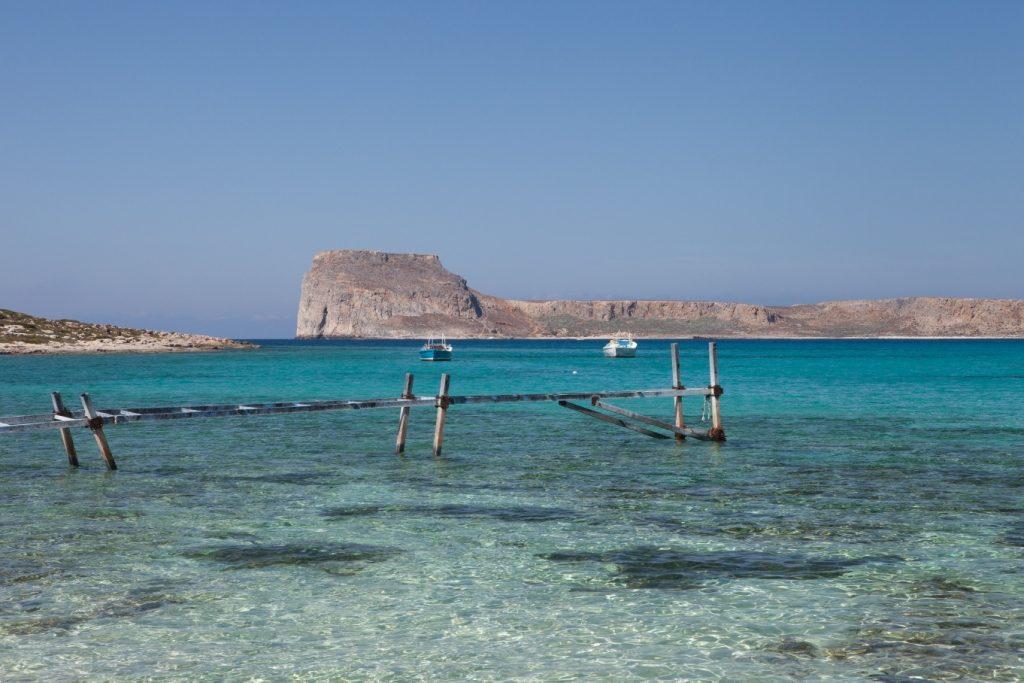 La plage de sable blanc de Balos dispose de tous les atouts d'une plage de carte postale : une étendue de sable blanc, un lagon peu profond aux eaux claires de couleur vert azur.