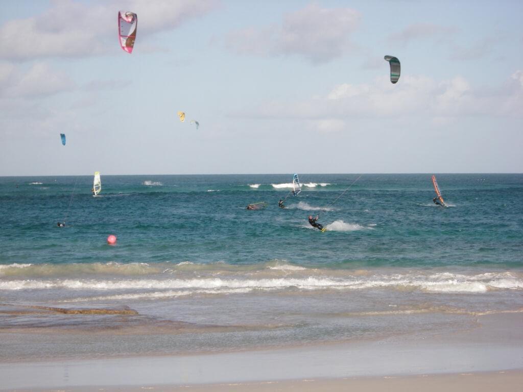Par endroits, le rivage, battu par les vagues soulevées par la forte houle, se prête aux sports nautiques tels que la planche à voile et le kitesurf.