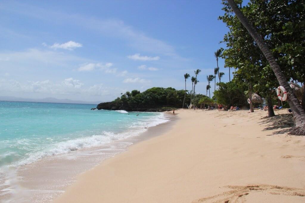 À la recherche d'une plage à Punta Cana qui soit loin de la foule ? découvrez les plages authentiques de la péninsule de Semana.