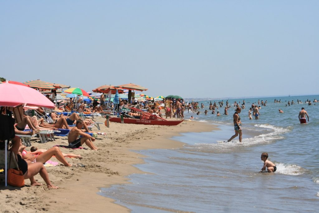 Durant la saison estivale, la foule se presse sur la plage pour éviter la chaleur accablante dans la ville éternelle.
