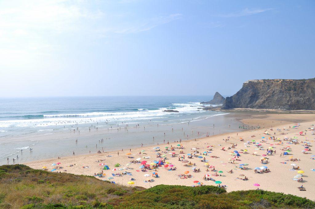 La Praia de Odeceixe, une des plages les plus populaires du Portugal.