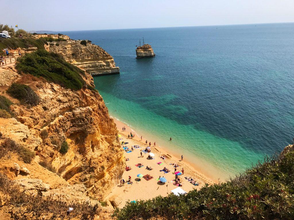 Pour le meilleur du Portugal plage, c'est dans l'Algarve qu'il faut aller ! les plages y sont favorables à la baignade en famille, dans l'eau de mer agréablement chaude en été.