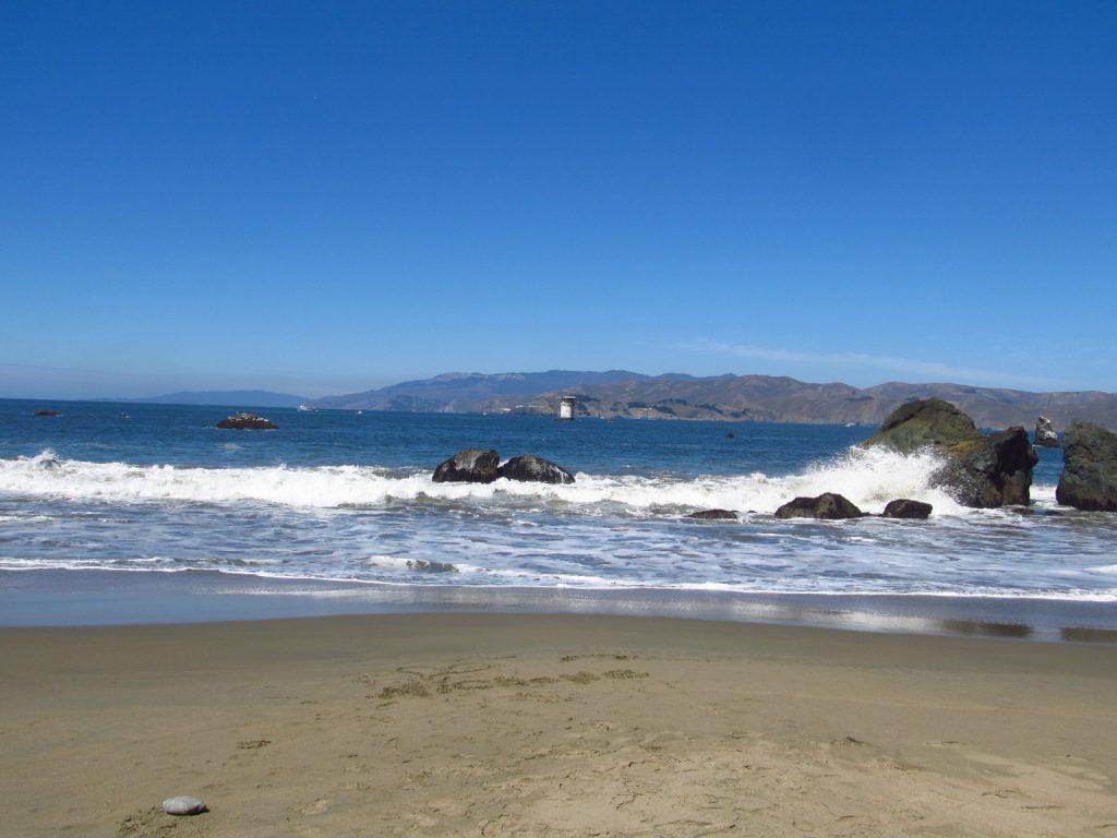 La plage de Mile Rock Beach, lovée au fond d'une crique isolée, au pied de hautes falaises, est l'image même de la plage sauvage et déserte.