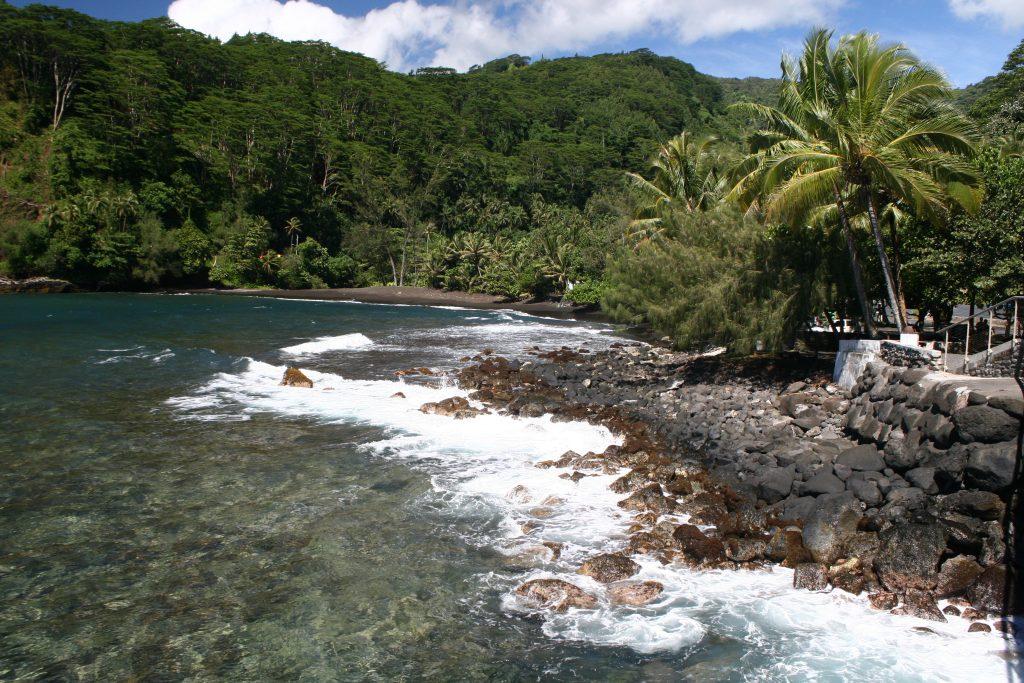 La plupart des belles plages de sable noir de l'île de Tahiti, bien qu'appréciées des habitants, sont encore méconnues des touristes.