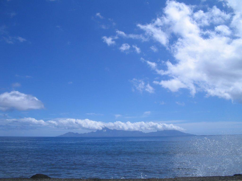 Le jour de beau temps, on peut avoir une vue panoramique de l'île de Moorea depuis les plages de Tahiti.