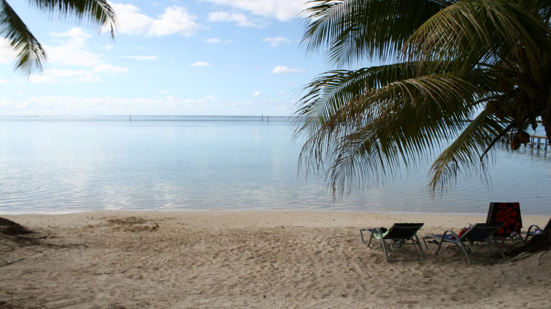 Une de ces petites plages de Tahiti, appréciée pour sa tranquillité, par sa taille modeste.