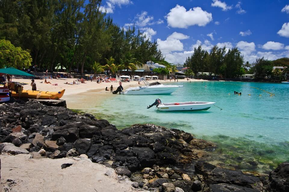 plage de grand baie rochers lagon bateaux plus belles plages de l'île Maurice