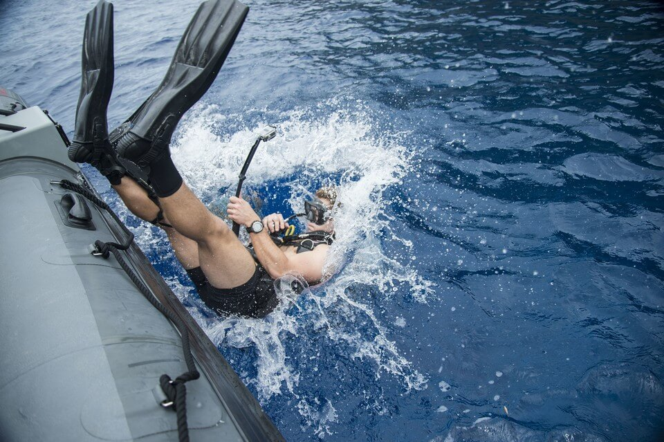plongeur saut du bateau plongée en Guadeloupe
